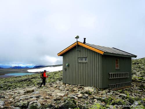 The Gamle Reinheim cabin, below  Snøhetta