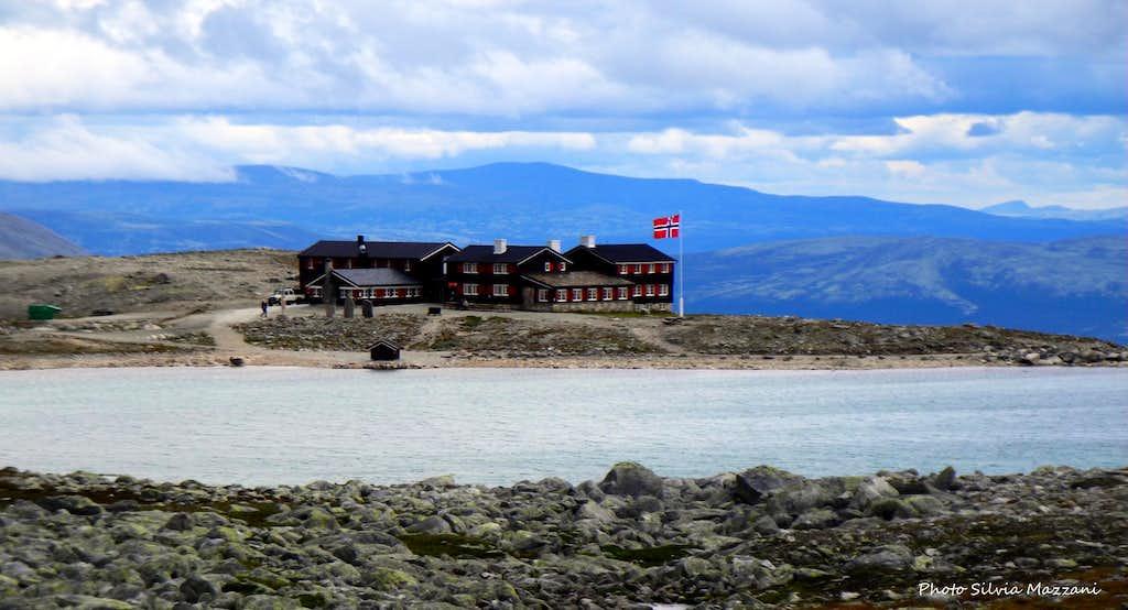 The Snøheim Mountain Lodge at the start of the route to Snøhetta