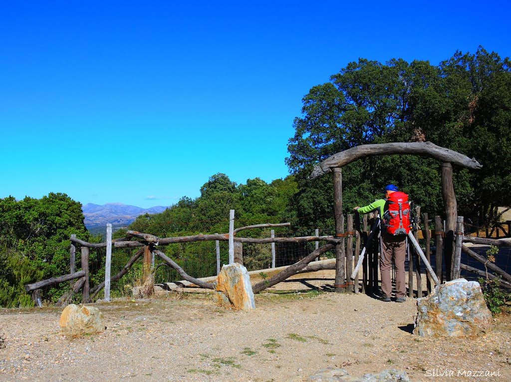 The wooden gate at the start from Pinningassu