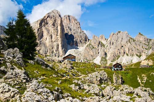 Mugoni (2750 m) towering above the Roda di Vaèl hut