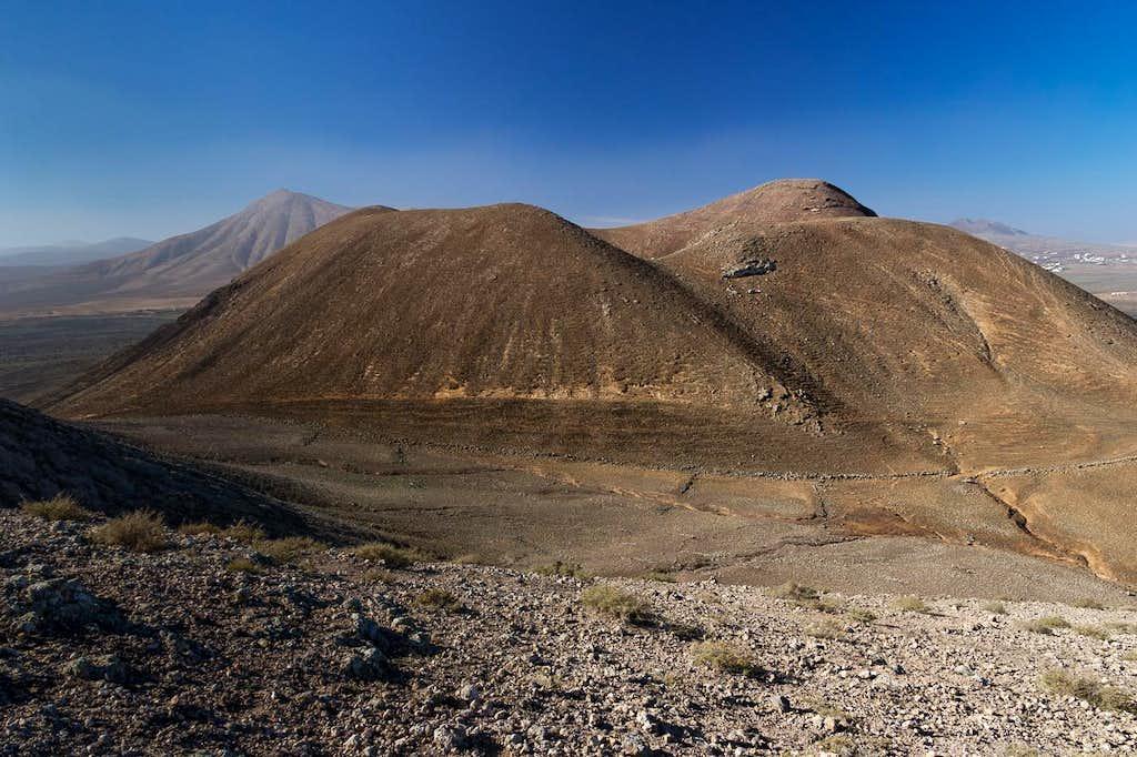 Montaña Parajita and Montaña de Escanfraga