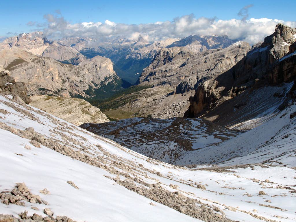 Lavarela. Looking down the Busc da Stlu