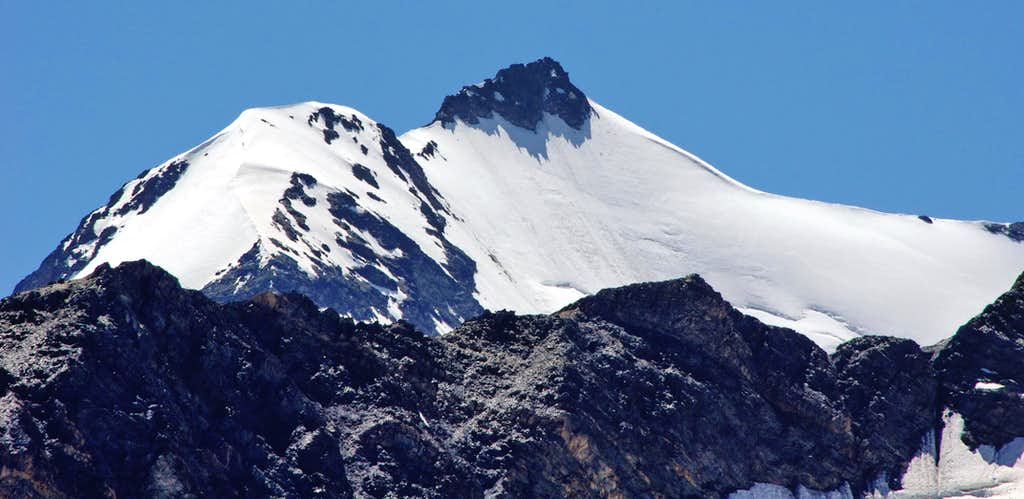 Zooming on Zufallspitze from the far Rifugio Coston/Hintergrat Hütte