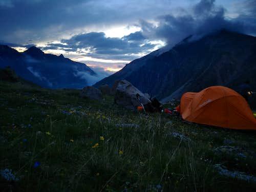 Camp on green shoulder below Kukurtlu South Pass