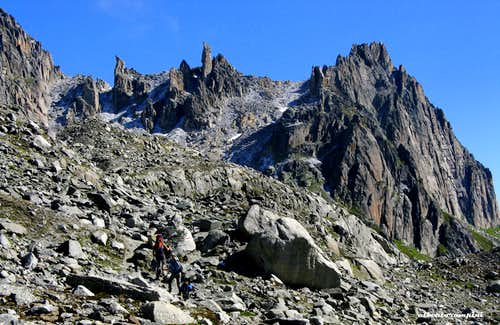 The wall of Chli Bielenhorn with the spires Nixen and Kamel