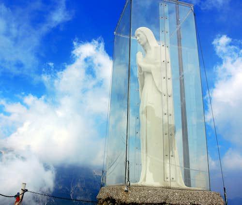 Sisilla summit statue