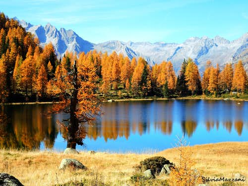 Autumn loop trail to the lakes of San Giuliano and Garzonè