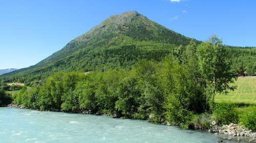 Lomseggen rises above the Bovre River
