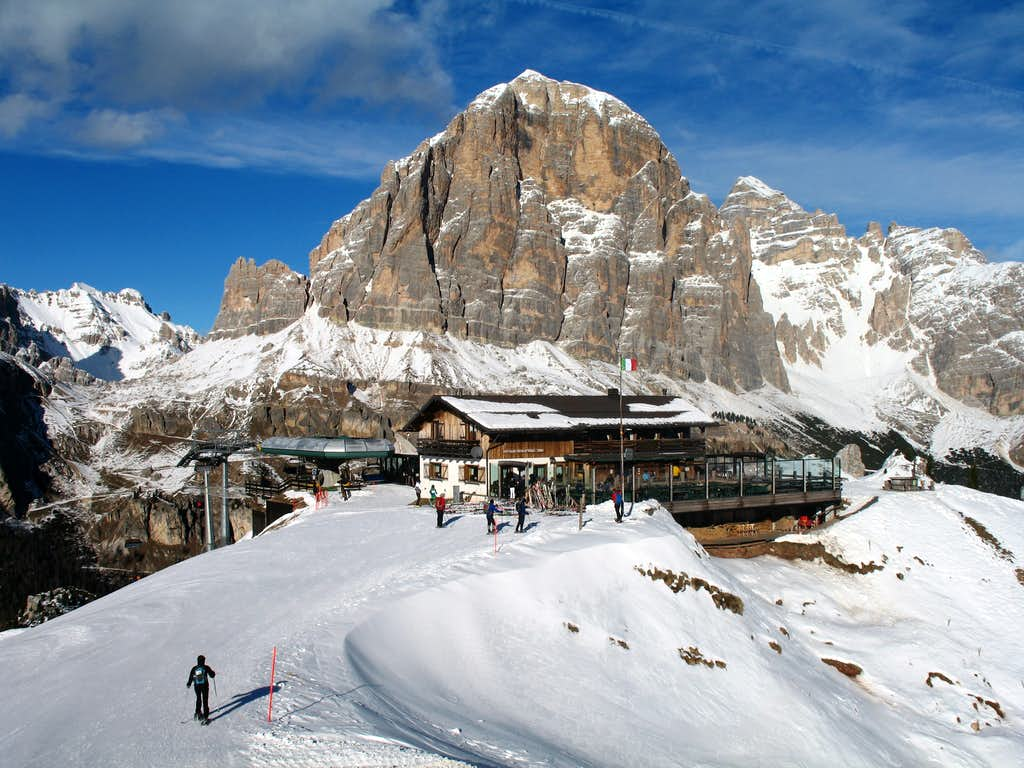 Snowshoe ascent of Nuvolau. Rifugio Scoiattoli and Tofana di Rozes (3225m).