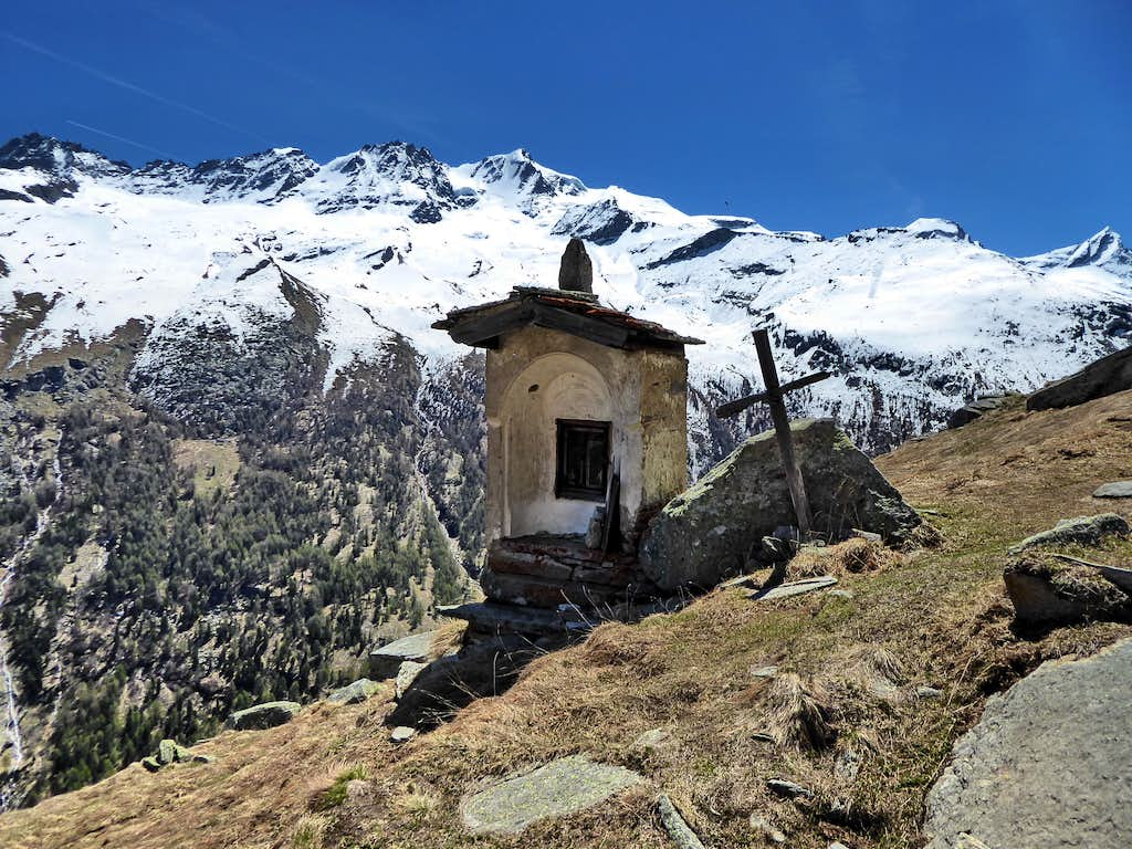 The little chapel of Meyes Desot in front of the Gran Paradiso range