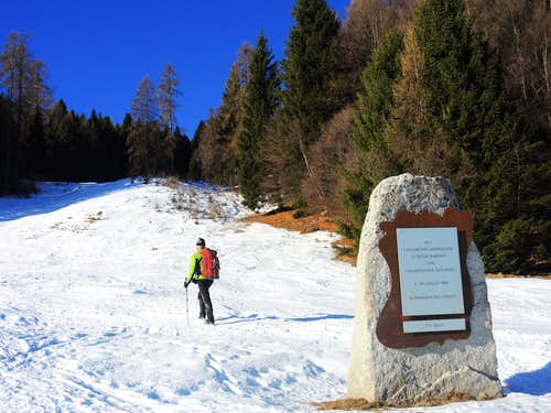 Memorial stone on the route to Cima Pissola
