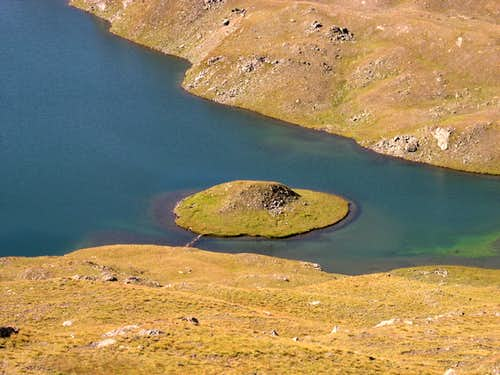 The UFO landed inside Rosset Lake seems quiet ;-)