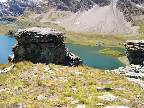 Even watching carefully between the rocks, no alien is visible near the UFO in Rosset lake