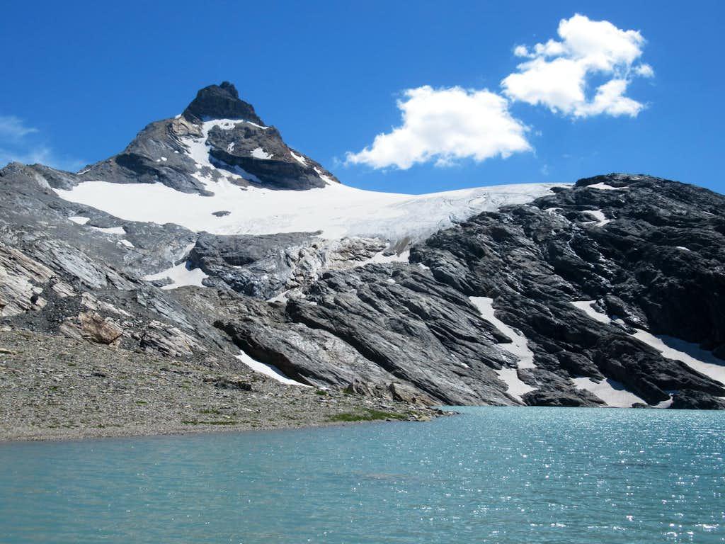 Dominating Goletta Lake