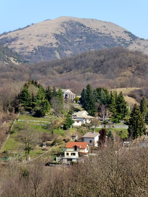 The flat summit of Alpesisa in the background of the houses of Creto