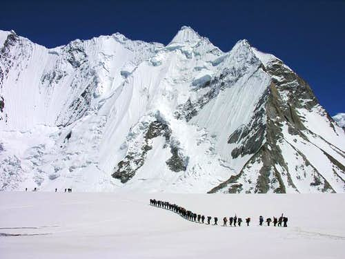 Group of porters near to Ali...