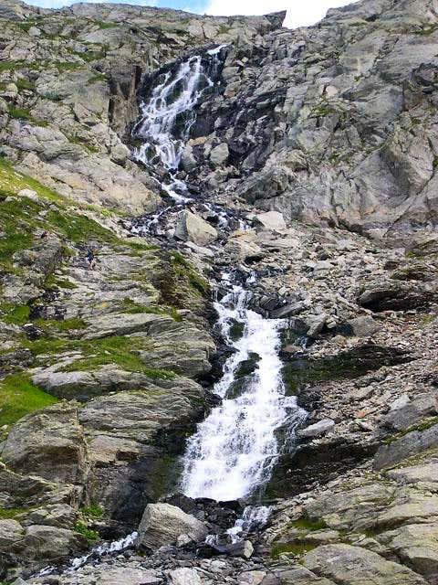 The rocky ramparts sustaining Pietra Rossa lake