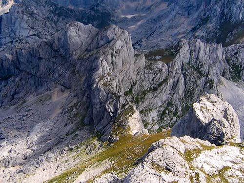Minin Bogaz (2387 m) on left...