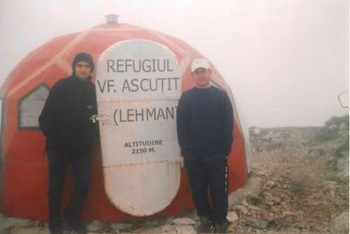 VARFUL ASCUTIT hut(june...