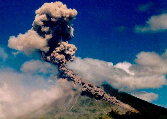 Mayon volcano erupting in 2000.