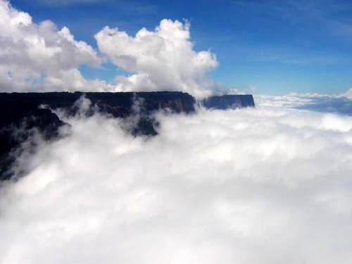 Kukenan above the clouds....