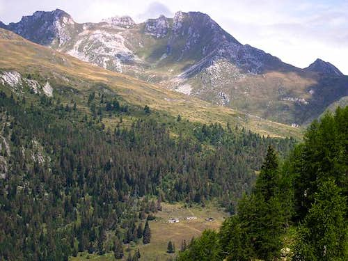 From the route to Leysser lake the ridge including Cresta di Corleans and  Pointe Valletta <i>2801m</i>
