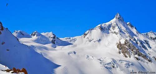 Dzhantugan peak (right),...