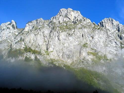 700 m high wall of Volusnica...