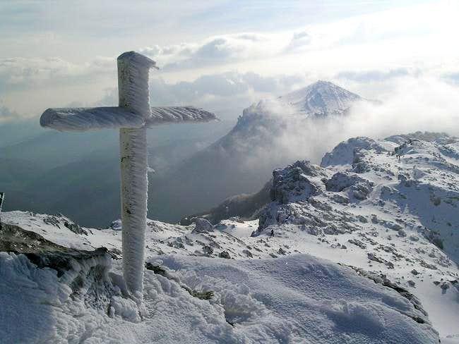 Cross at the top of Aizkorri,...