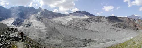 Hiking towards Ravelli  fixed bivouac  <i>2860 m</i><br> along the edge of the panoramic  moraine