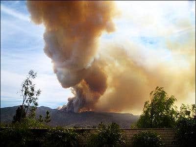 The fire ravages Sierra Peak
