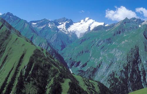 Roetspitze towering Umbaltal valley