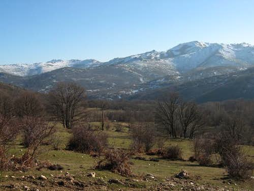 Oakwoods and meadows in El Cardoso valley : Photos ...