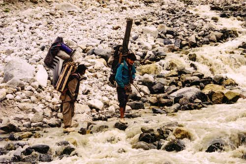 River crossing in the Gondogoro valley