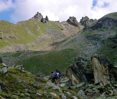 At the foot of Colle Garin <i>2853m</i>: view of  the ridge including Guglie d'Arbolle <i>2972m</i>