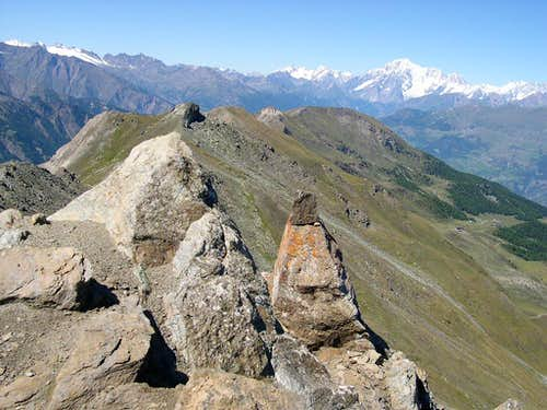 View from Punta Tsatseche <i>2824m</i> of the ridge between Valle di Cogne and Conca di Pila