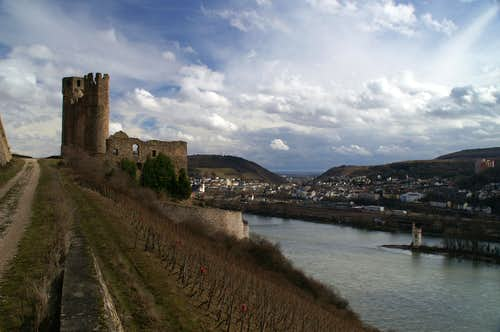 Ehrenfels, Mäuseturm and the city of Bingen