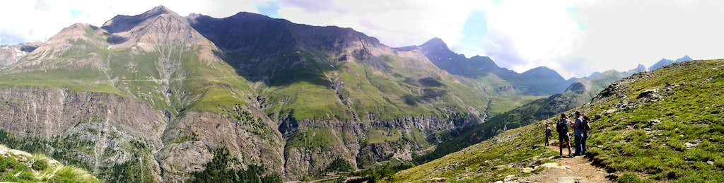 The ridge between Vallone dell'Urtier and Vallone di Grauson from the trail of Loie lake