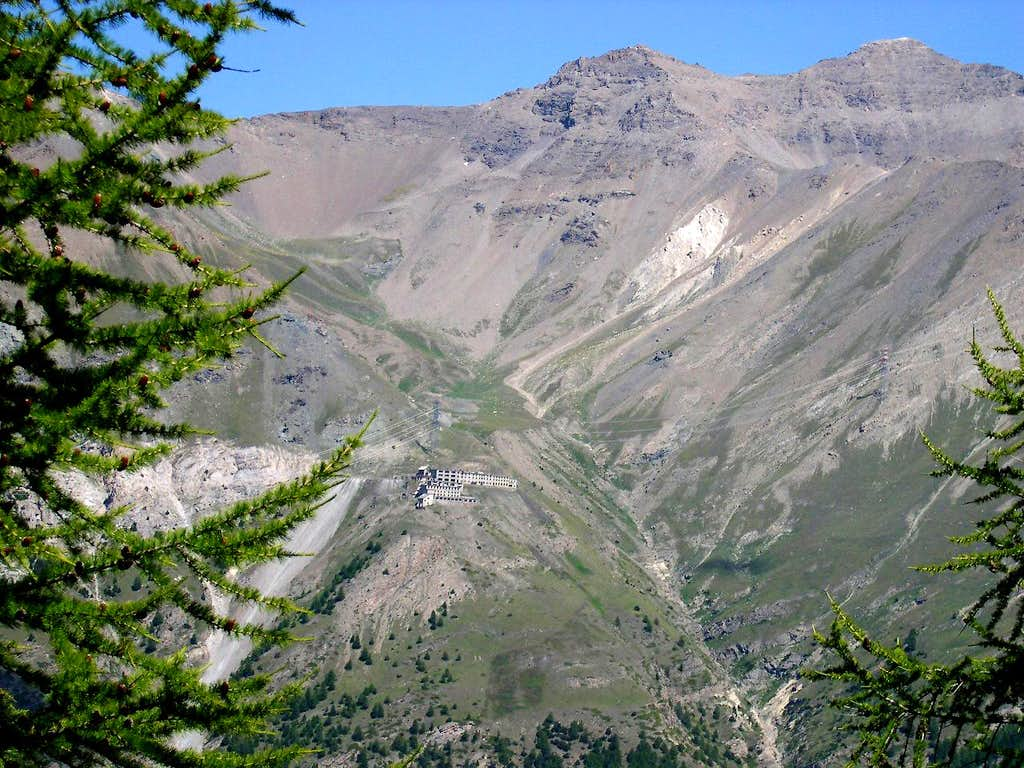 Front view from Montseuc of the imposing building of Colonna mine <i>(2387m)</i>