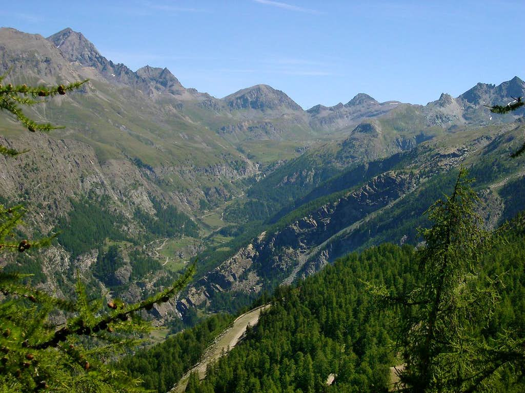 The upper part of the long Vallone dell'Urtier seen from Montzeuc