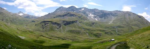 The upper part of Vallone di Grauson and the ridge separating it from Vallone dell'Urtier