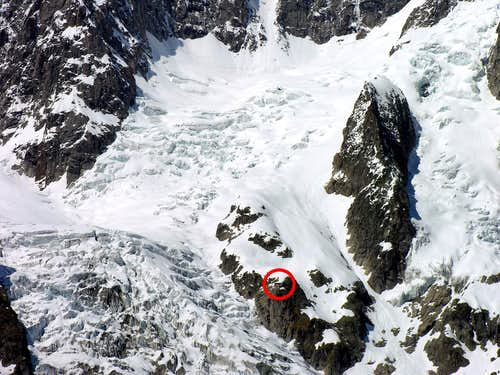 Planpincieux glacier: G. Boccalatte Hut <i>(2804m)</i> <br>in the red circle