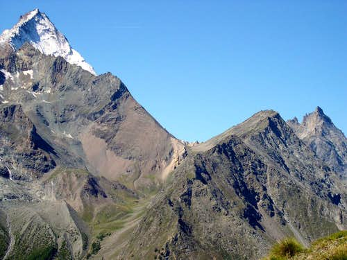 Colle del Trajo <i>2877m</i> between Punta Crevasse <i>3303m</i> (left) and Punta del Trajo <i>3127m</i> (right)