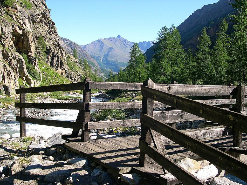 Erfaulet bridge, along the trail <br>to the many bivouacs of Valnontey