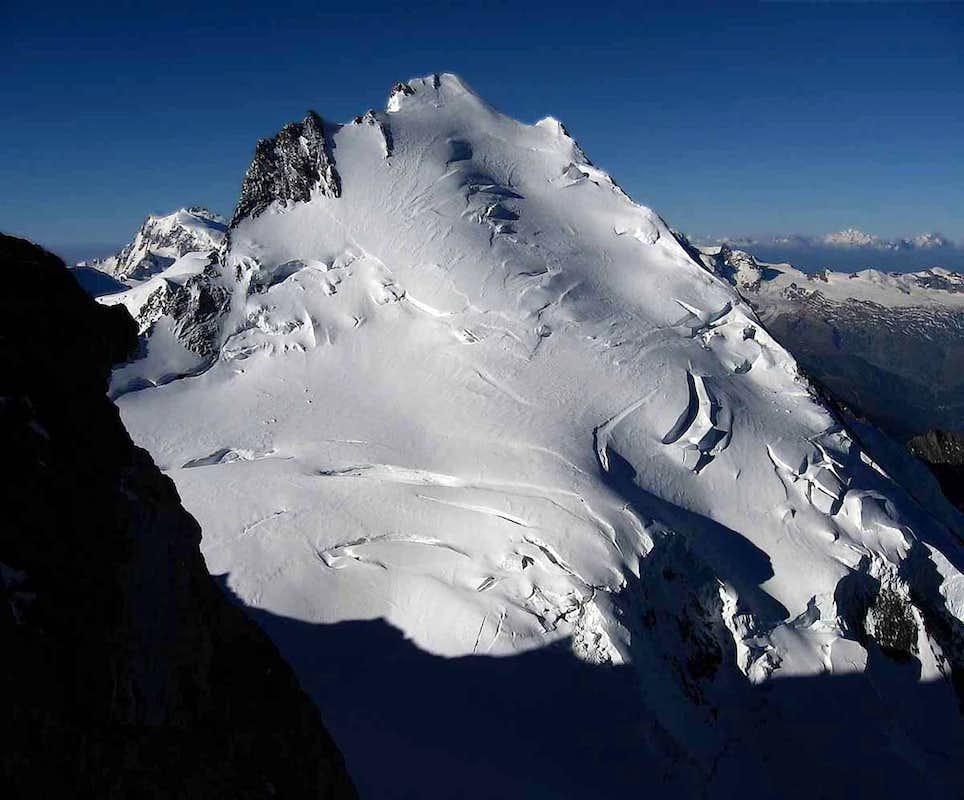 Dom, kot se ga vidi z vrha Nadelhorna. Vir: summitpost.org