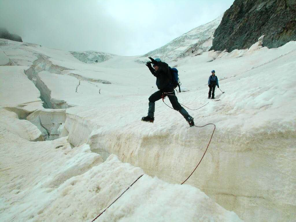 Ecrins > Jump over crevasse (Mont Pelvoux)