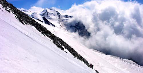 Il Castore (4226 m), visto salendo il Breithorn (4165 m)