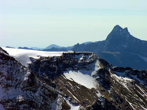 Il rifugio Quintino Sella, sullo sfondo il Corno Bianco (3320 m)