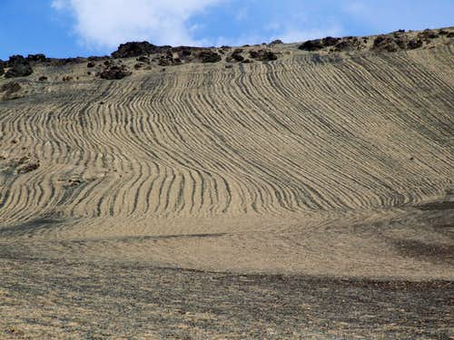 Raked formations in the scree