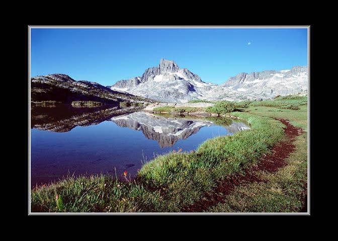 1000 Island Lake Curving Shore Reflection of Banner Peak
